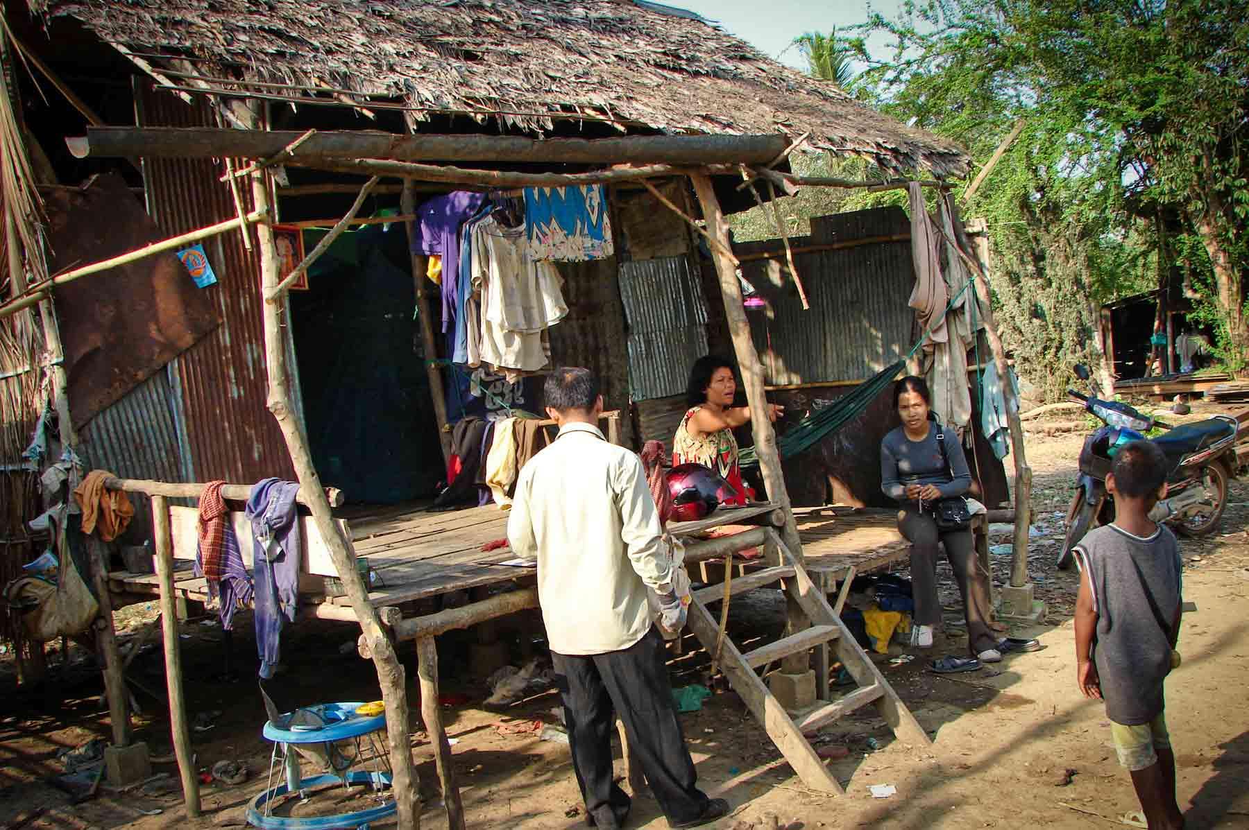 Nos volontaires interviennent dans un village au Cambodge, pour venir en aide à un enfant en situation de maltraitance grave.