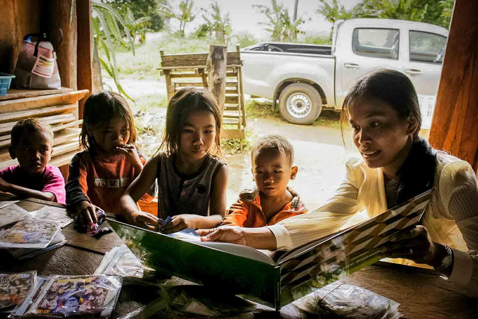 Localisation et intervention humanitaire dans un village au Cambodge pour des enfants pauvres souffrant de maltraitance, d'abus sexuel ou abandonnés par leurs parents et confié à des personnes du village.