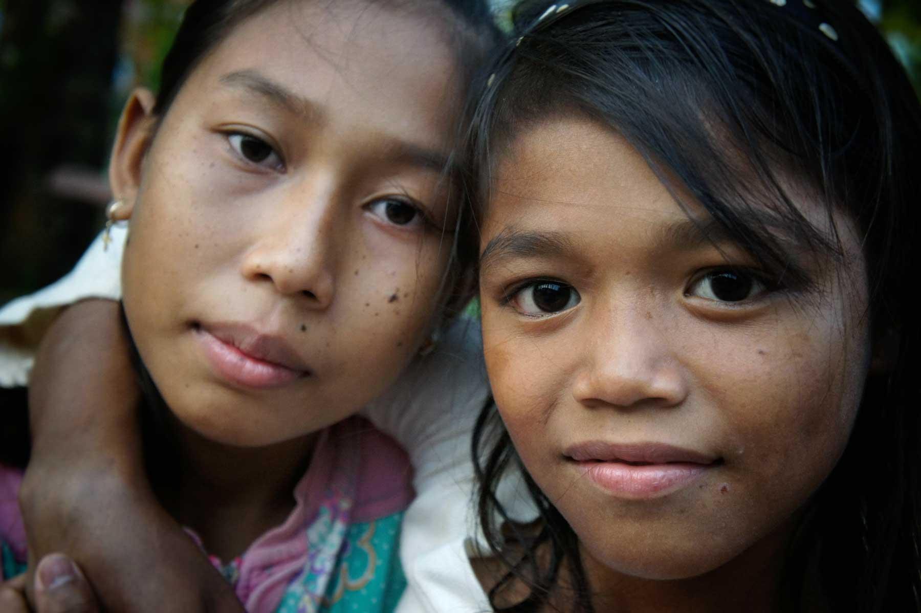 Zwei kleine Mädchen in Kambodscha leben unter Schutz in unserem Kinderschutzzentrum in Battambang