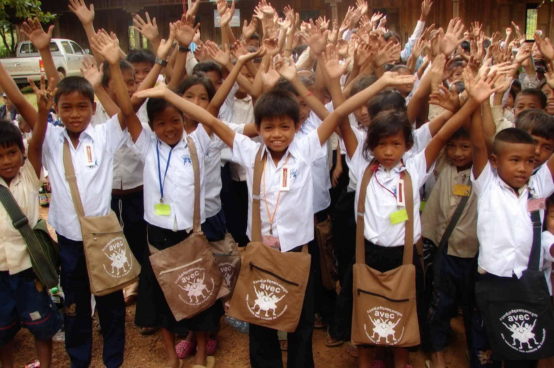 Wir sind darauf spezialisiert, arme Kinder ausfindig zu machen und auszubilden. Wir intervenieren alle zwei Monate in öffentlichen Schulen in Kambodscha, in denen viele Kinder unterrichtet werden.