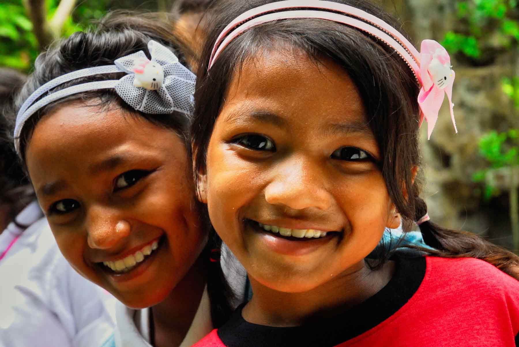 Deux jeunes filles orphelines jouent dans notre centre de protection de l'enfance au Cambodge